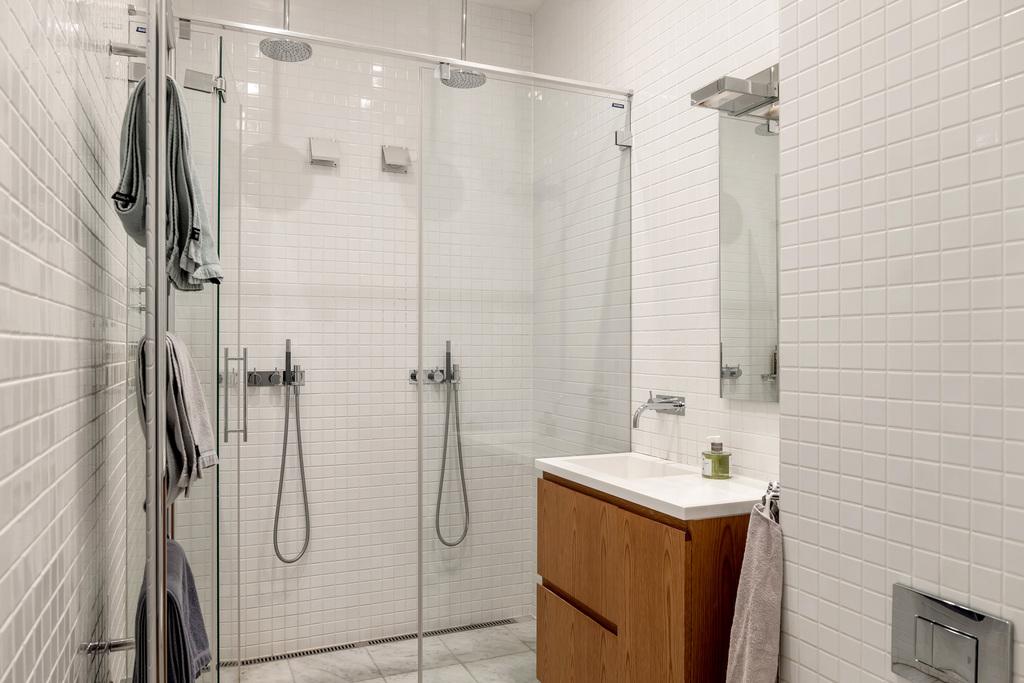 Ett av två badrum