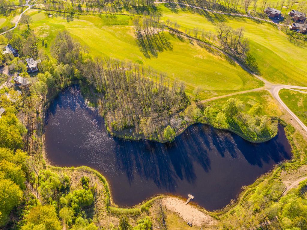Egen sjö granne med golfbanan