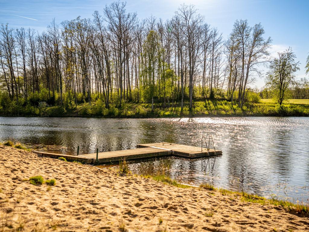 Gemensam badbrygga i sjöns östra del