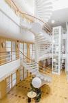 Ljus kontorsbyggnad i tre plan