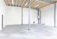 Flexibel lager/industrilokal med 4,5 meter takhöjd och ett mindre förråd till vänster