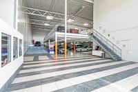 Bilhallens entreplan med ramp till entresolplanlan