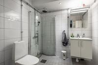 Stort helkaklat badrum
