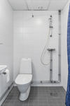 Genomgående moderna helkaklade badrum