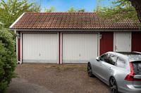 Fristående garagebyggnad med två portar och separat förrådsdel