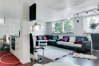 Lägenheten på bottenplan med kök och vardagsrum i öppen planlösning