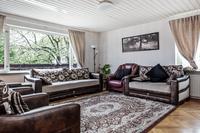 Vardagsrum med parkettgolv i en av de större lägenheterna
