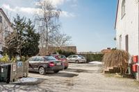 Gårdsplan med parkeringsplatser
